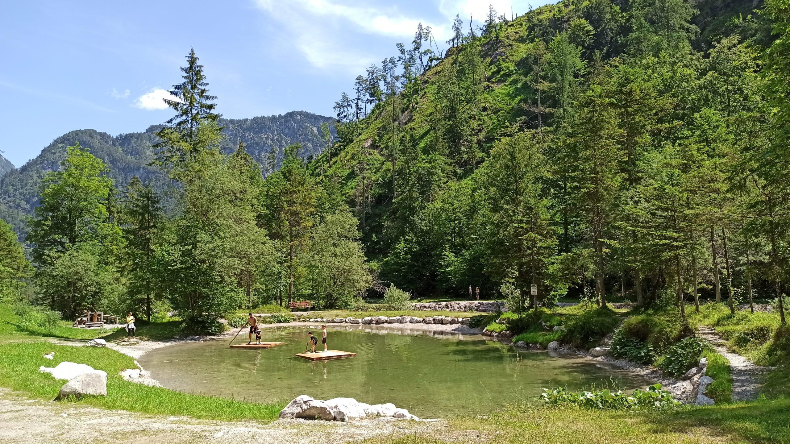 Der idyllisch gelegene Natursee, den man etwa zur Hälfte des Erlebnisweges erreicht