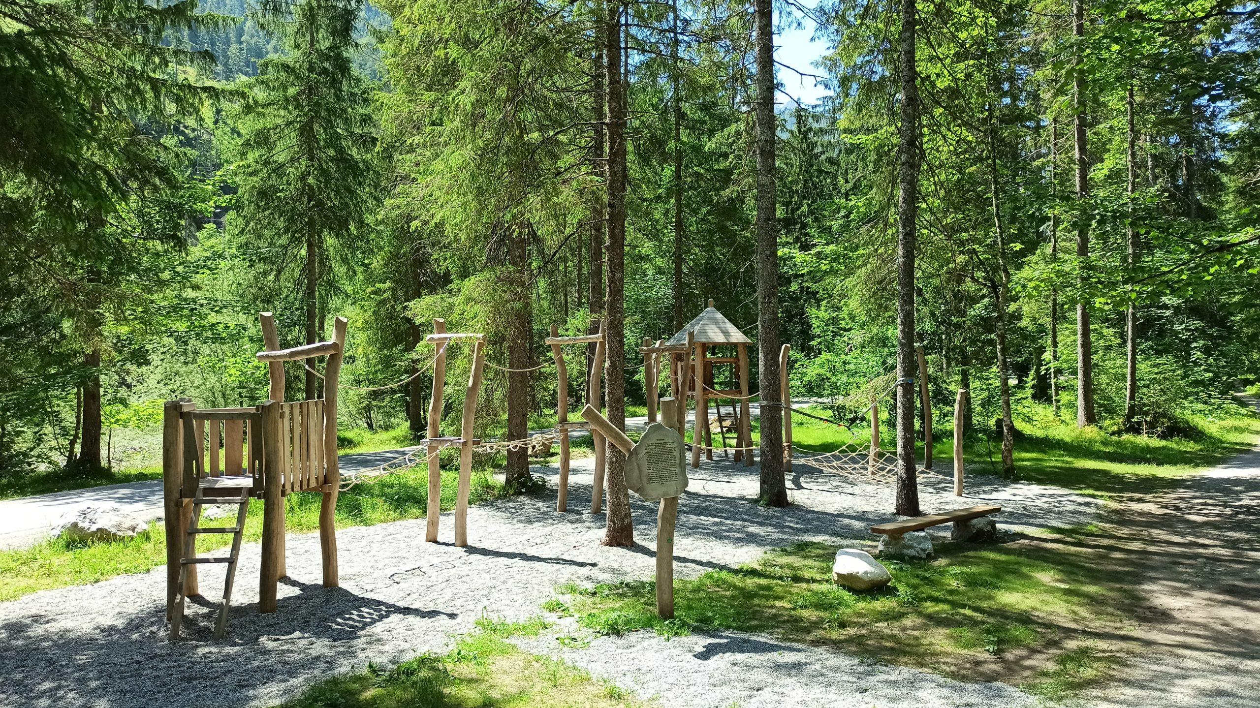 Der Hochseilgarten am Steinzeit-Erlebnisweg, eine Herausforderung an Geschicklichkeit und Balance