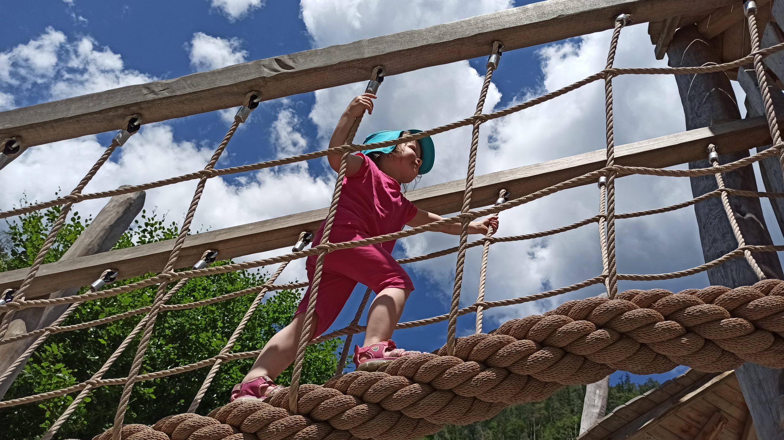 Von der Seilbrücke zur Rutsche: Die Großen entspannen, die Kleinen toben sich aus am Spielplatz beim Gasthof Vorderkaser