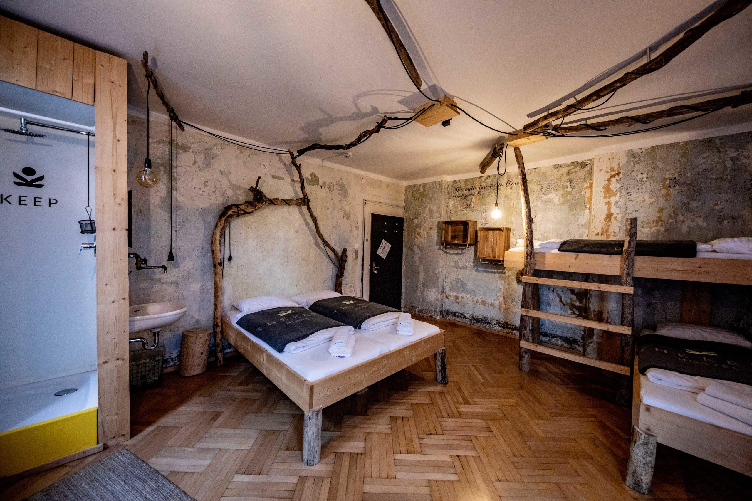 Familientaugliche Mehrbettzimmer, Duschvorhang aus Lkw Planen.  (c) wildbild