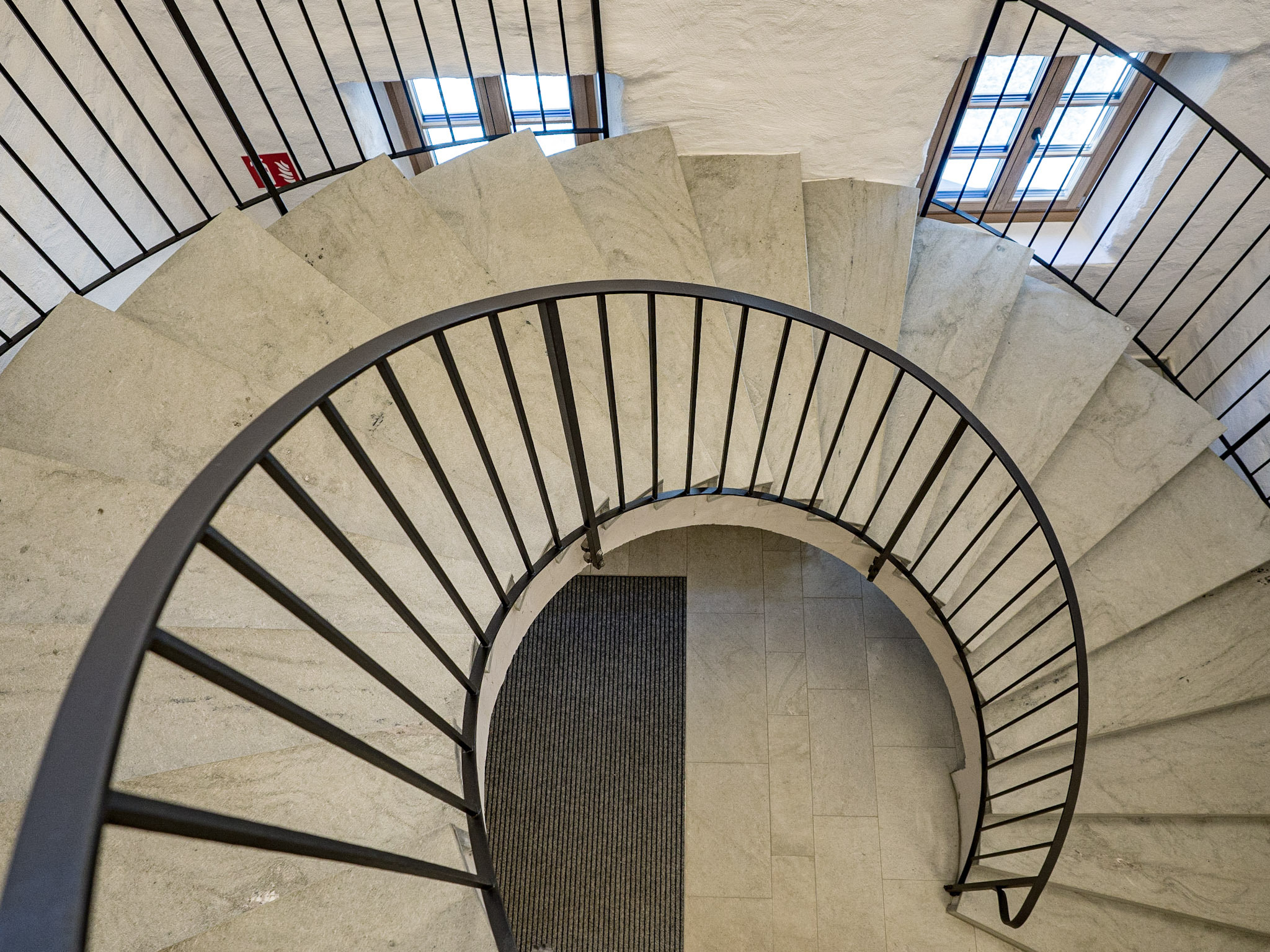 Edle Steintreppen führen ins obere Geschoss - barrierefrei geht es mit dem Lift
