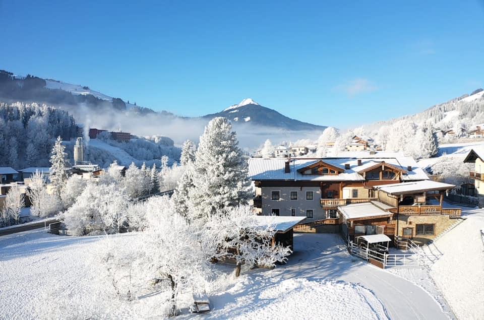 Beginn eines schönes Wintertages am Familienbauernhof, links oben der Ski-Berg