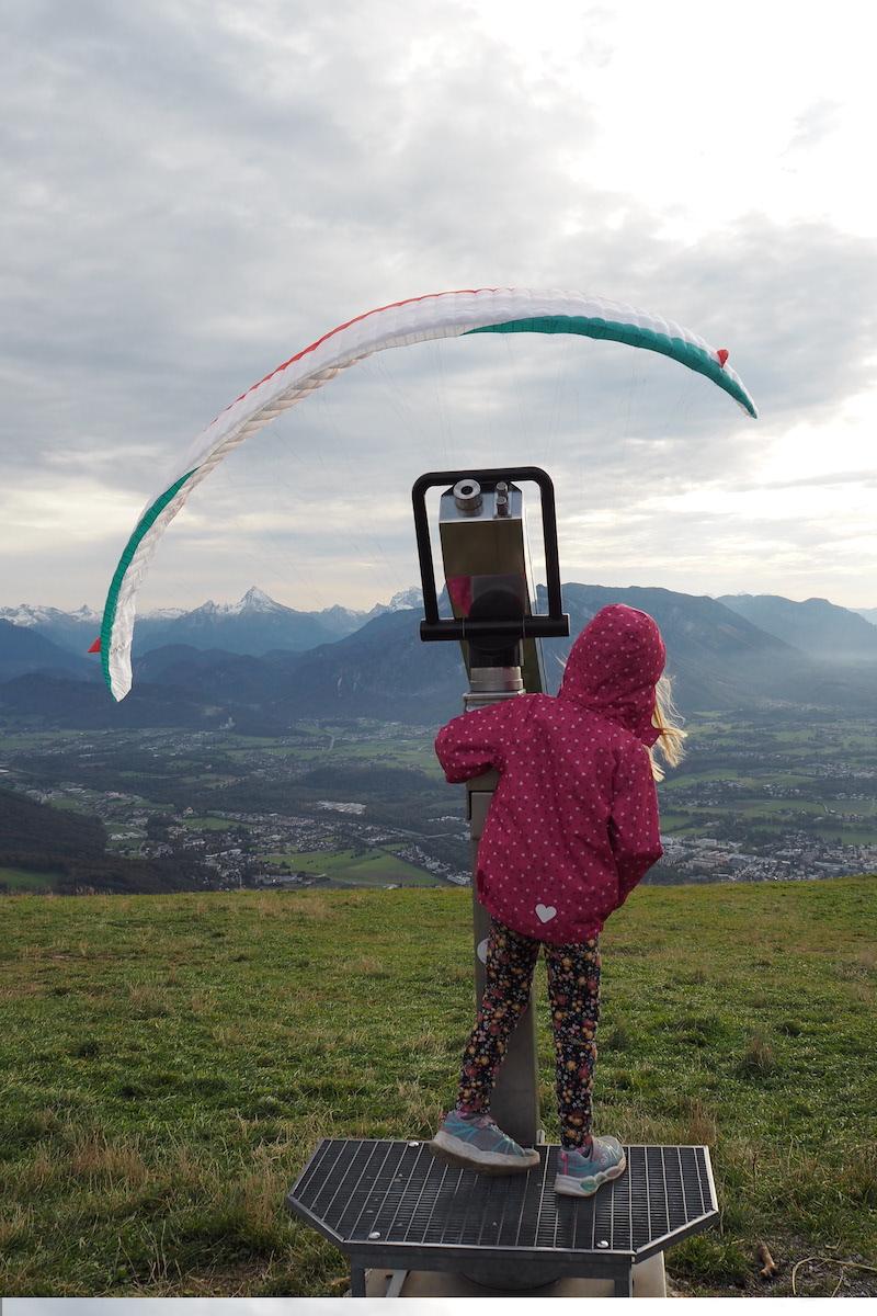 Paragleiter schauen am Gaisberg