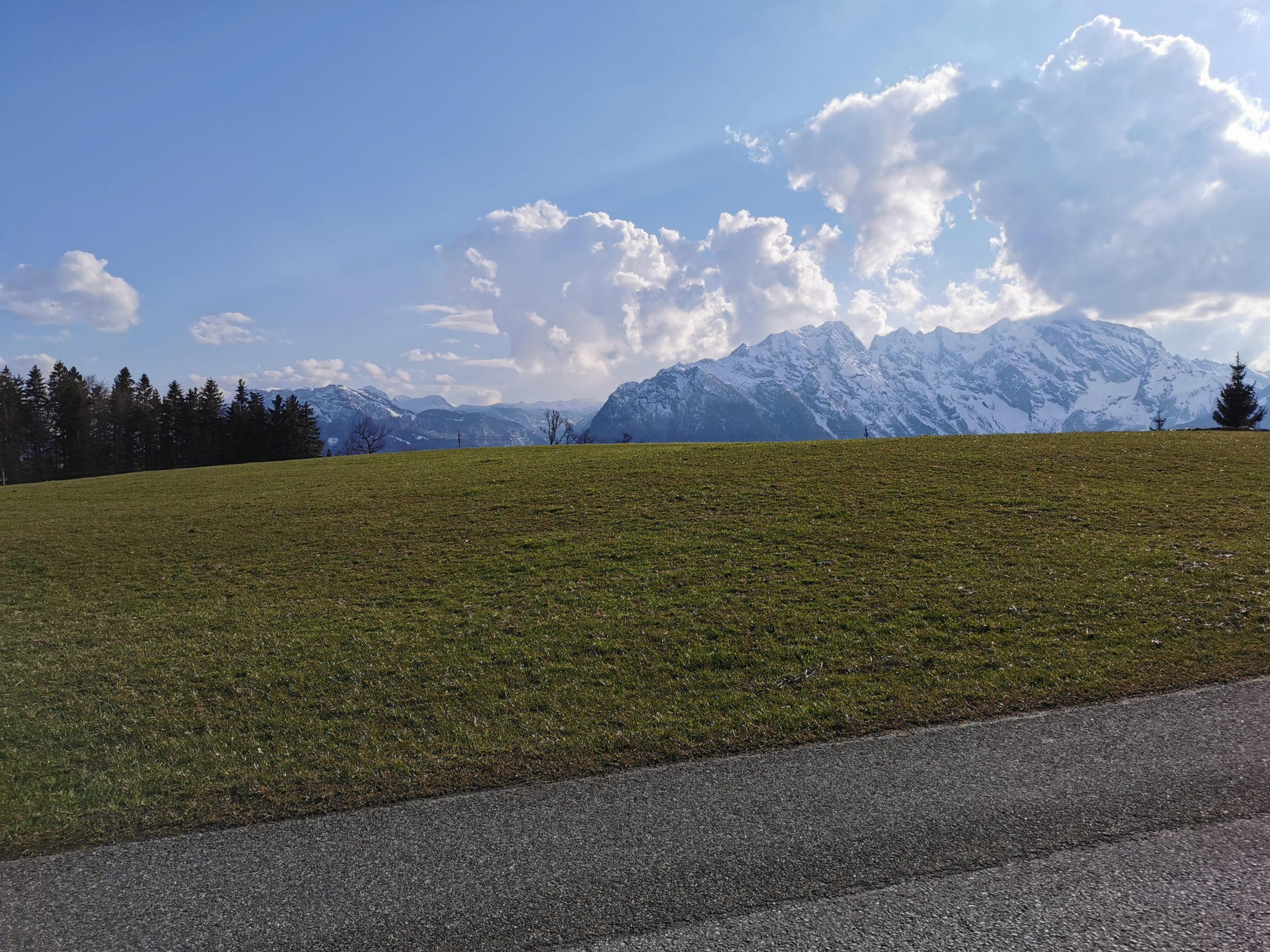 Traumhafte Aussicht auf das Hagengebirge und das Göllmassiv - Taugler Mundartkreuzweg © AlmSinn Martina Egger