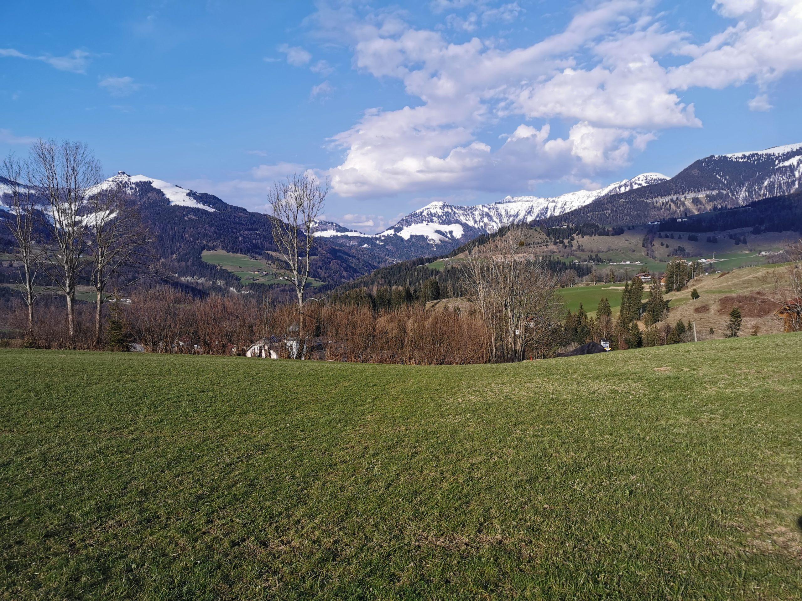 Der Ausblick reicht vom Schlenken bis zum Trattberg auf den letzten Stationen des Taugler Mundartkreuzweges © AlmSinn Martina Egger