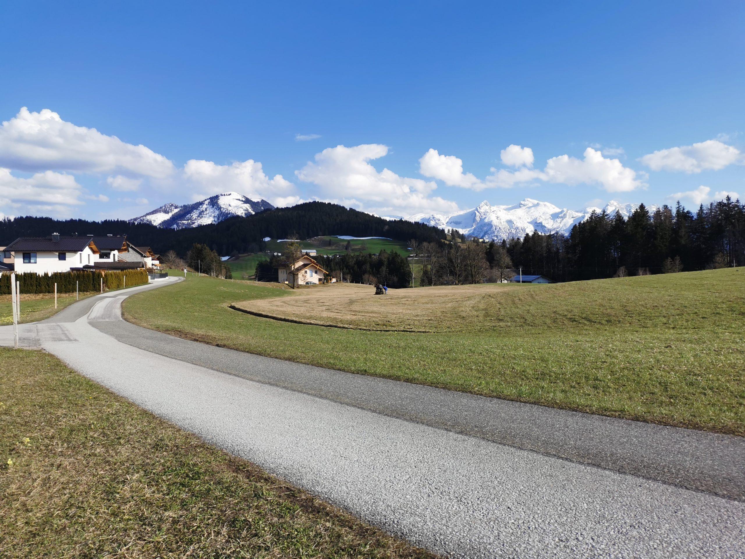 Der Mundartkreuzweg mit Ausblick auf das Tennengebirge und den Schwarzerberg © AlmSinn Martina Egger