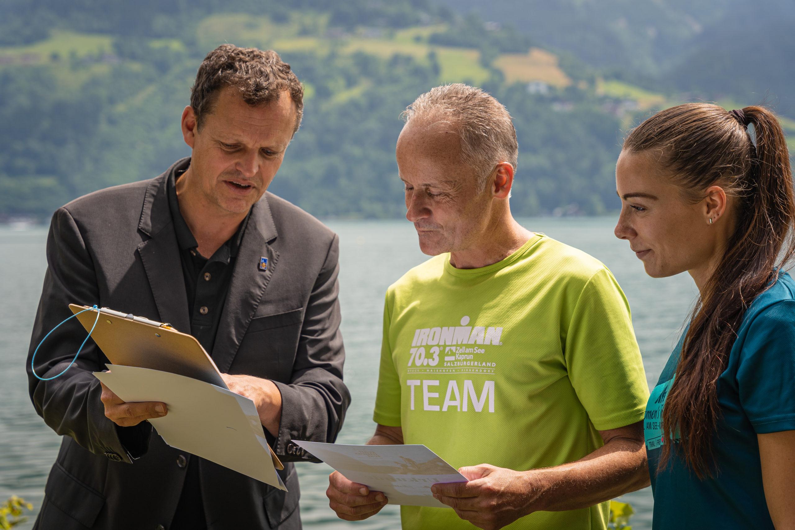 Arnulf Hartl von der PMU Salzburg (links) erklärt das Ergebnis © zellamseekaprun-JohannesRadlwimmer