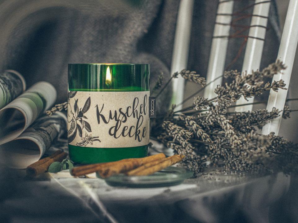 Jetzt, wo es wieder früher finster wird, zünden wir uns gerne eine Kerze an und kuscheln uns in die warme Decke.