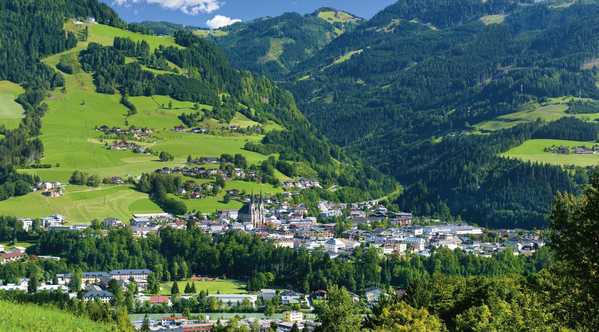 Sommer in St. Johann, Stadt vor Bergpanorama