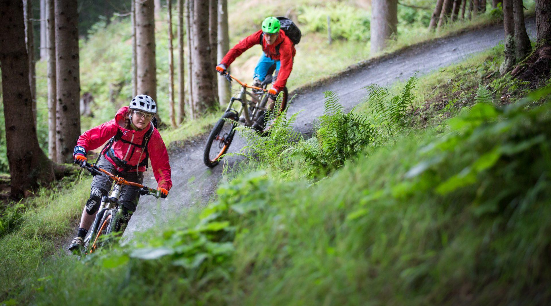 Frau und Mann fahren mit dem Mountainbike im Bikepark Wagrain-Kleinarl