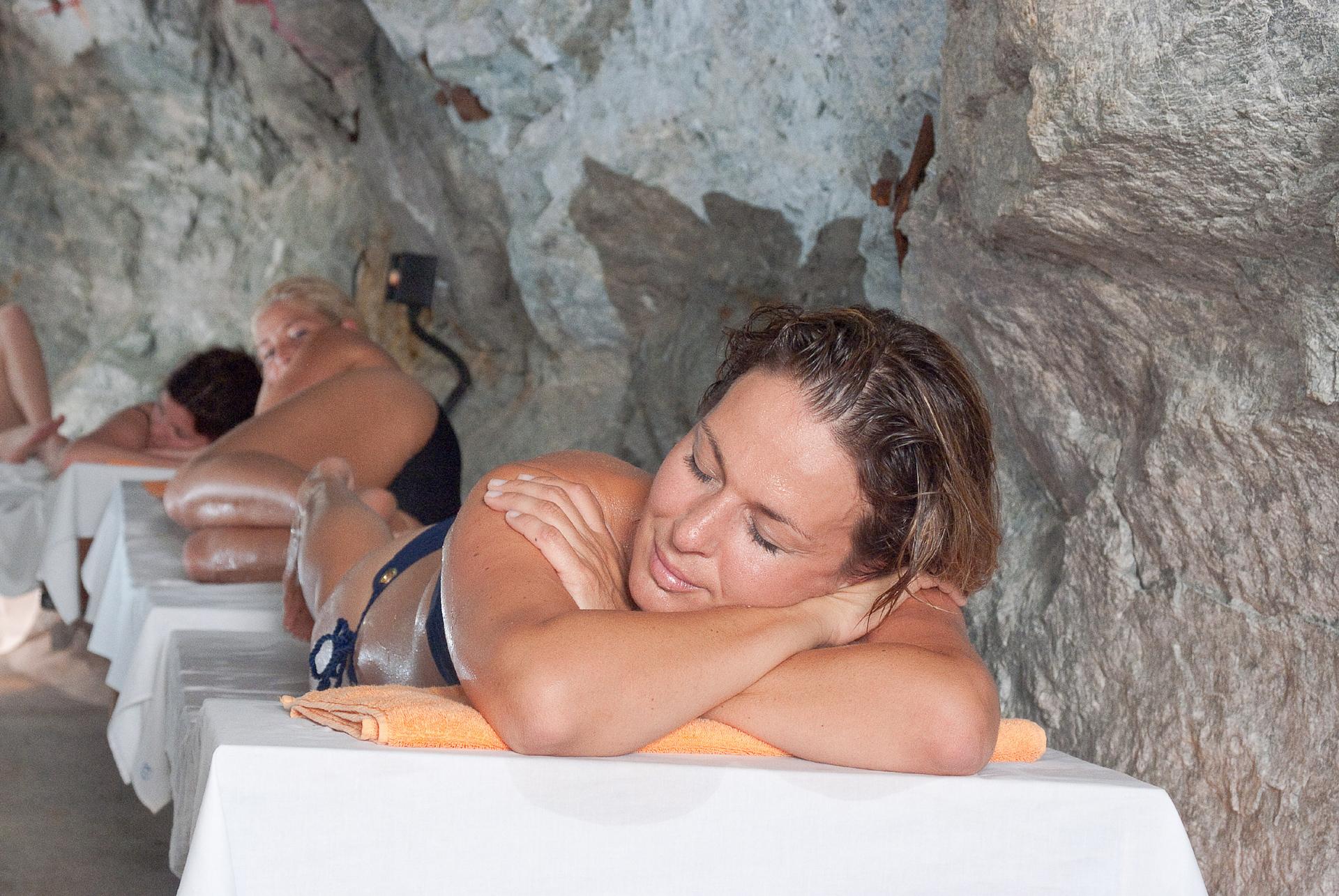 Frau liegt mit geschlossenen Augen auf der Liege im Heilstollen in Bad Gastein